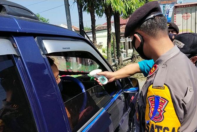 CEK SUHU: Petugas mengecek suhu tubuh pengendara yang hendak masuk ke Blora dari arah Jawa Timur.