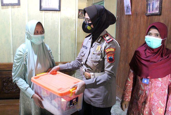 TALI ASIH: Kasat Lantas Polres Grobogan memberikan bantuan ke keluarga korban kapal selam Nanggala 402 di Kecamatan Kradenan.