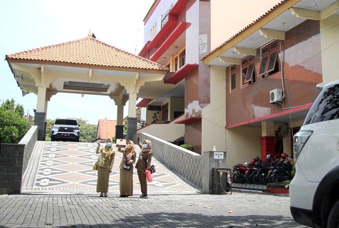MASIH MENANTI: Seorang pegawai di kantor Setda Rembang turun dari gedung saat jam istirahat siang.
