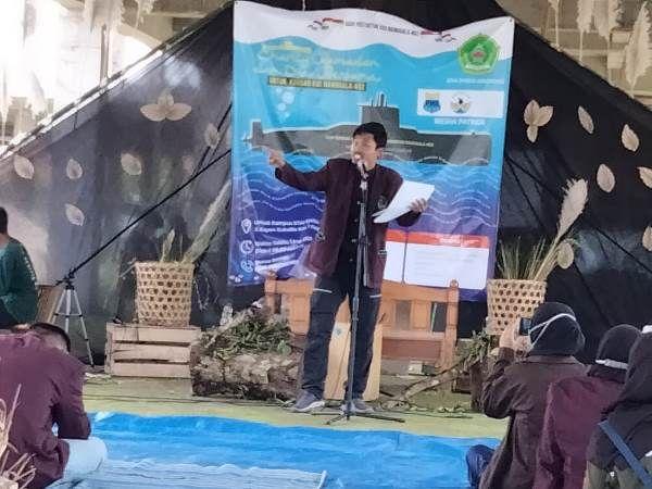DOA BERSAMA: Para mahasiswa Pati menggelar kegiatan doa bersama dan pertunjukan seni untuk awak KRI Nanggala 402 yang gugur beberapa waktu lalu.