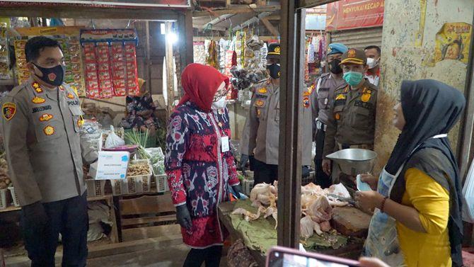 KUNJUNGAN KE PASAR: Bupati Sri Sumarni bersama Kapolres AKBP Jury Leonard Siahaan melakukan kunjungan ke pasar saat peringatan May Day di kecamatan Godong, Sabtu (1/5) lalu