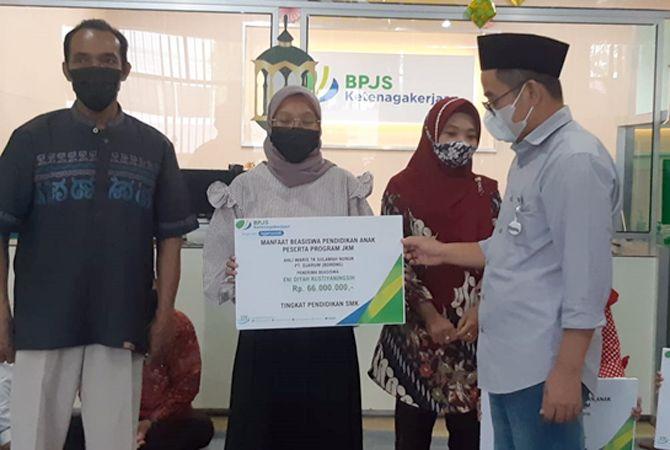 Dewan Pengawas BPJAMASOTEK Yayat Syariful Hidayat secara simbolis menyerahkan beasiswa pendidikan ke ahli waris. Disaksikan Deputi Direktur Wilayah BPJAMSOSTEK Jateng & DIY Suwilwan Rachmat dan Kepala BPJAMSOSTEK Kudus Multanti.