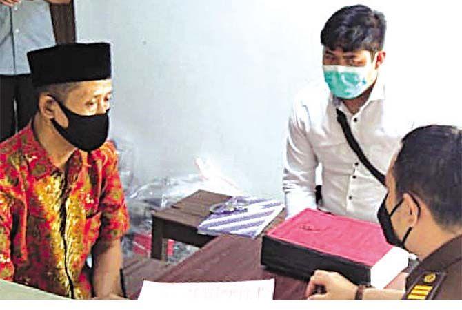 DILIMPAHKAN: Sumani tersangka pembunuhan di Desa Turusgede Rembang mulai kemarin diserahkan ke Kejaksaan Negeri Rembang bersama sejumlah barang bukti. Selanjutnya tersangka ditahan di Rutan Rembang.