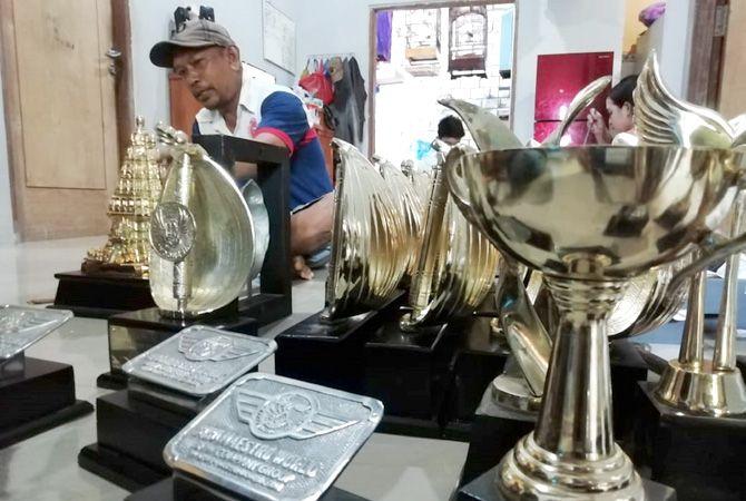 KUALITAS INTERNASIONAL: Produsen trofi khusus lomba burung Udin Trophy memamerkan produknya.
