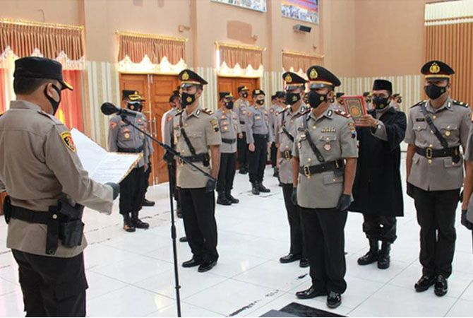MUTASI: Kapolres Grobogan AKBP Jury Leonard Siahaan memimpin sertijab kapolsek di aula Jananuraga Mapolres kemarin.