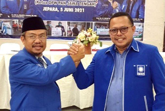 KONSOLIDASI: Ketua DPD PAN Jepara Bambang Harsono (kanan) foto bersama Ketua DPW PAN Jateng Suyatno usai acara pelantikan pengurus DPD PAN Jepara Sabtu (5/6).