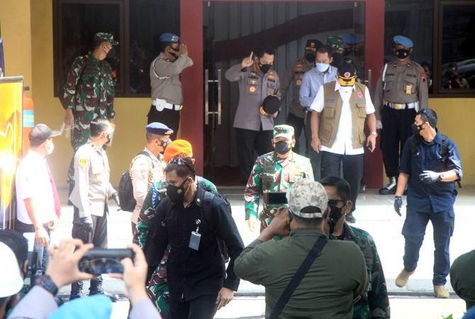 BAHAS KONDISI DARURAT: Kapolri Jendral Pol Listyo Sigit Prabowo (tiga dari kiri) berbincang dengan Bupati Kudus Hartopo usai rakor bersama Panglima TNI Marsekal Hadi Tjahjanto (depan), dan Kepala BNPB