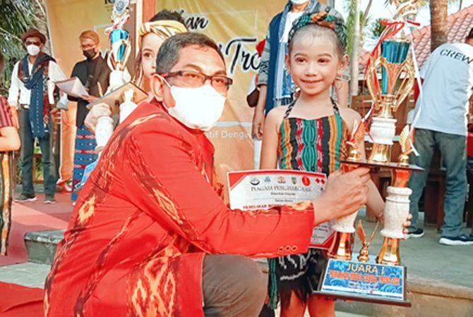 PEMENANG: Kepala Kadin Jepara Andang Wahyu Triyanto menyerahkan trofi juara kepada pemenang lomba fashion kategori A.