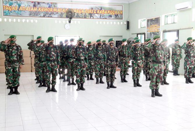 KERAHKAN PASUKAN: Satu pleton pasukan BKO Batalyon 410/Alugoro siap bertugas melaksanakan penegakan protokol kesehatan di masyarakat.