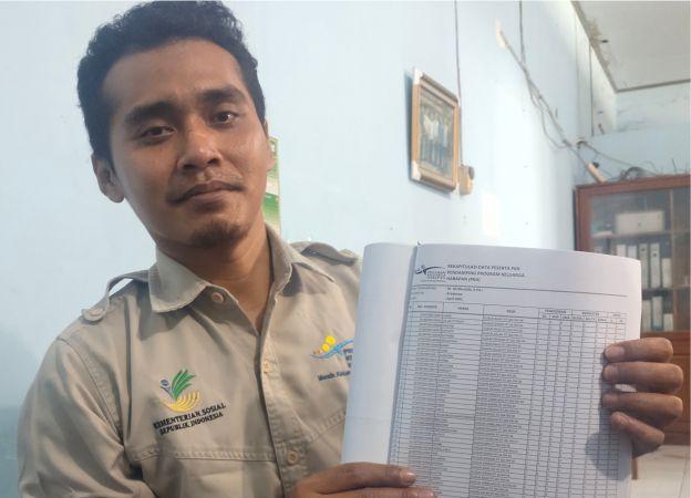 TUNJUKKAN DATA: Operator PKH di Dinsos Grobogan menunjukkan data laporan PKH dari salah satu kecamatan kemarin