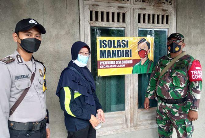 JADI TANDA: Petugas gugus tugas kecamatan Lasem mengawal labelisasi rumah warga yang terpapar korona untuk antisipasi penyebaran virus.