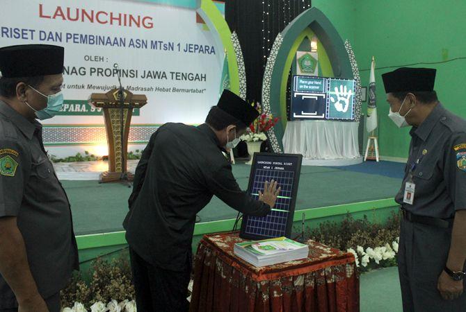 ERA BARU: Kakanwil Kemenag Jateng Mustain Akhmad me-launching portal riset inovasi dari MTsN 1 Jepara sebagai Madrasah Literasi pertama di Jateng.
