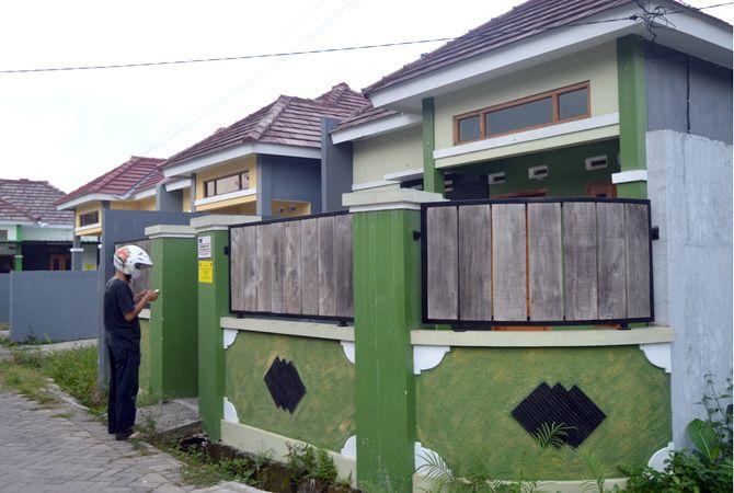 TERTUTUP: Dua dari 24 rumah di Perumahan Grand Cluster Karangjati yang disita Bareskrim Polri.