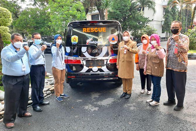 MENYERAHKAN: Bupati Grobogan Sri Sumarni menerima bantuan mobil Daihatsu Luxio dari Bank Jateng Cabang Purwodadi kepada BPBD Grobogan.