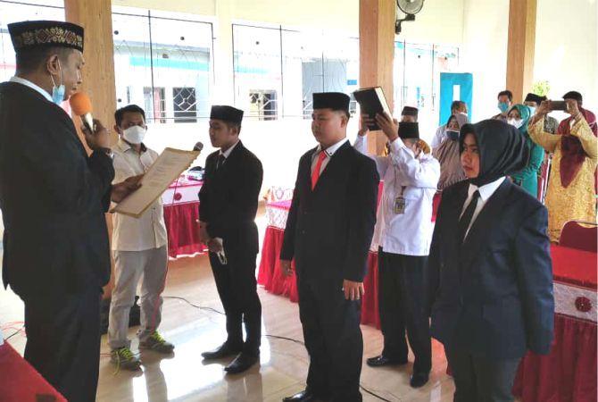DILANTIK: Tiga Perangkat Desa Anggaswangi, Kecamatan Godong dilantik setelah terpilih dalam ujian perangkat desa serentak beberapa waktu lalu.