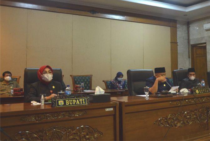 LAPORAN PEMKAB: Wakil Ketua DPRD Grobogan Sugeng Prasetyo (tengah) memimpin rapat paripurna tentang jawaban bupati atas pandangan umum dewan tentang LKPj APBD 2020 kemarin.
