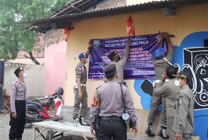 TEGAS: Petugas Satpol PP Kabupaten Rembang bersama Polres Rembang melakukan menyegel kafe karaoke yang dianggap menantang SE Bupati kemarin.
