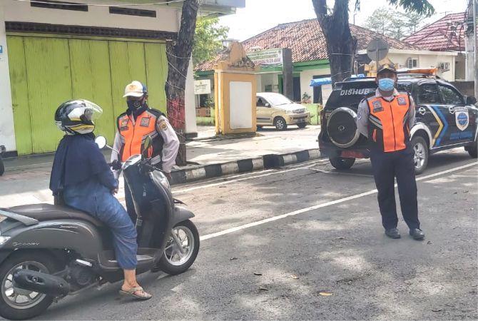 RAZIA: Anggota Satpol PP dan Dishub Grobogan merazia kendaraan dari luar Grobogan saat PPKM mikro di Jalan R. Soeprapto Purwodadi.
