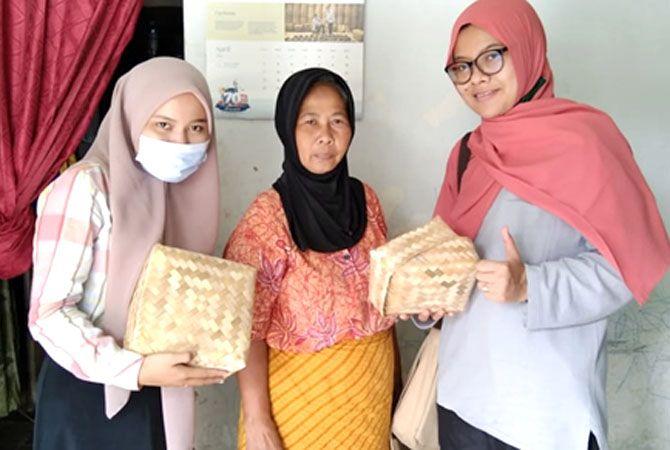 AGEN PENDIDIKAN : Masyarakat pengrajin anyaman bambu menjadi agen pendidikan kolaboratif.