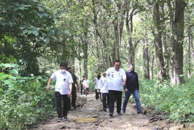 ADVENTURE: Bupati Blora Arief Rohman bersama Dirut Perhutani mengunjungi wisata Gubug Payung.