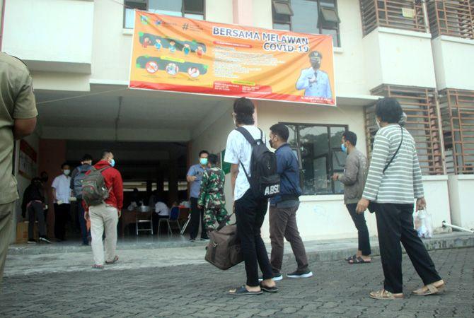 TIDAK LAGI KIRIM KE DONOHUDAN: Sejumlah warga yang terpapar Covid-19 datang ke rumah fl at Bakalankrapyak, Kaliwungu, Kudus, untuk menjalani isolasi terpusat tingkat kabupaten.
