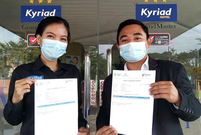 TELAH DIVAKSIN: Karyawan Kyriad Grand Master Hotel Purwodadi menunjukkan surat vaksinasi Covid-19