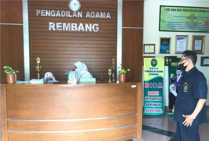 SIBUK: Resepsionis di Kantor Pengadilan Agama (PA) Rembang menata sejumlah berkas kemarin