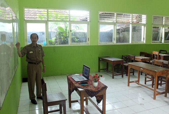 SENDIRIAN: Purnomo, salah satu guru PPKn SMPN 3 Jepara mengajar melalui daring.
