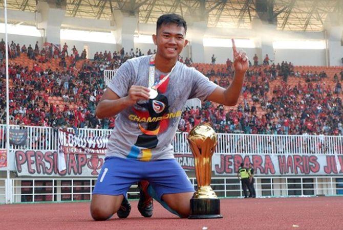 BALIK LAGI: M. Ridho menunjukkan medali dan piala saat dia turut membawa Persijap meraih juara pada Liga 3 2019. Kini, kiper itu kembali memperkuat Laskar Kalinyamat.
