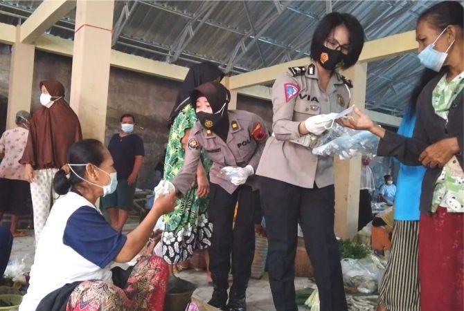 CUMA-CUMA: Polwan Polres Grobogan membagi masker kepada pedagang di Pasar Ngembak, Kecamatan Purwodadi.