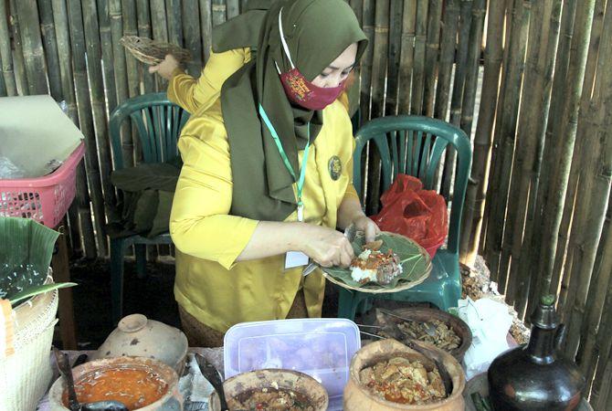 NYAM-NYAM: Kuliner tempo dulu disajikan di Kampung Budaya Piji Wetan saat ada Pasar Ampiran.