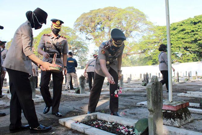 HORMATI PAHLAWAN: Kapolres Grobogan AKBP Benny Setyowadi menabur bunga di Makam Pahlawan Purwodadi dalam rangka menyambut HUT ke-75 Bhayangkara (29/6) lalu.