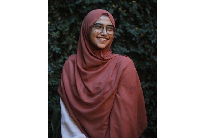 STYLISH: Jilbab pashminANGGUN: Kholifatun Rohmawati mengenakan jilbab pashmina.a bisa dimodel dengan melingkarkannya di leher dan bahu.