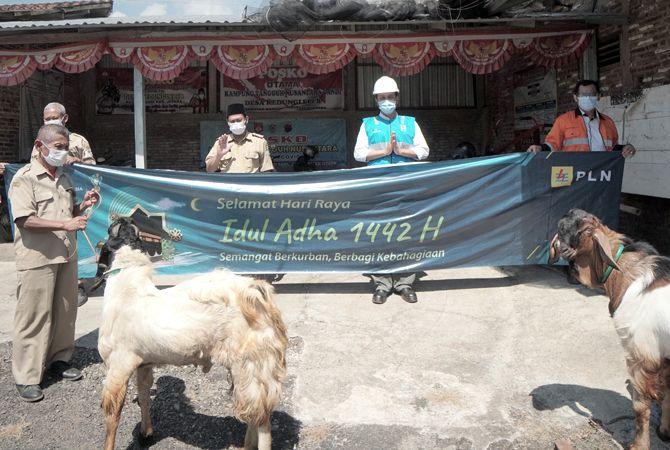 PEDULI: PLTU TJB dan PLTU TJB Expansion membagikan 169 ekor kambing di ring 1 dan 2 PLTU TJB, Kembang, Jepara Kamis (15/7) dan Senin 919/7).