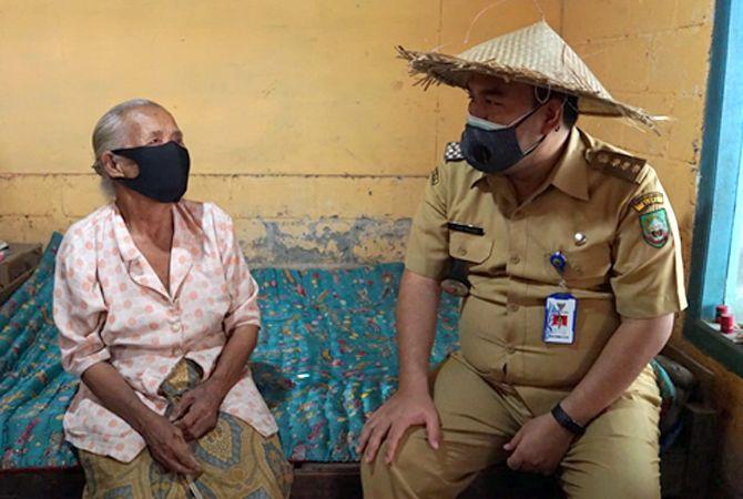 BLUSUKAN: Bupati Arief Rohman berbincang dengan perajin caping gunung di sela penyerahan bantuan sosial warga terdampak Covid-19.