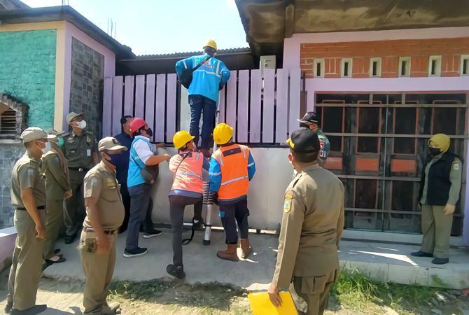 TEGAS: Anggota Satpol PP Kudus memutus aliran listrik di sejumlah cafe yang nekat buka selama PPKM Darurat, kemarin.