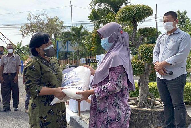 SERAHKAN: Bulog Salurkan 629 Ton Beras Kepada Masyarakat Blora Terdampak PPKM Darurat, Rabu (21/7) kemarin.