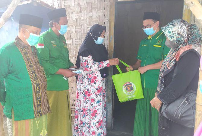 PEDULI: Plt Ketua DPC PPP Kabupaten Rembang Zaimul Umam didampingi segenap pengurus menyerahkan langsung paket hewan kurban pada masyarakat Kota Garam kemarin.