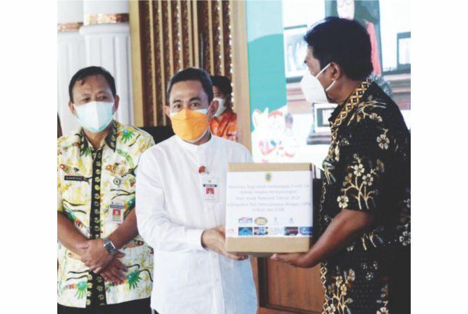 SIMBOLIS: Bantuan sembako diberikan kepada sejumlah perwakilan penyalur di Pendapa Kabupaten Pati kemarin.