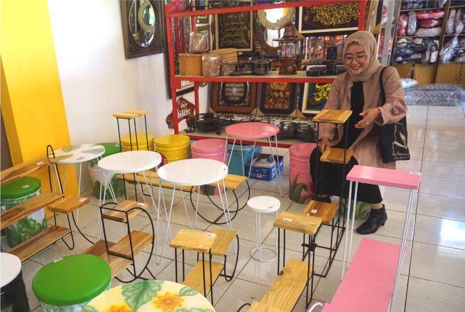 KEMBALI BUKA: Salah satu stan yang menjajakan aneka produk kerajinan tangan di Plaza Pragolo kemarin.