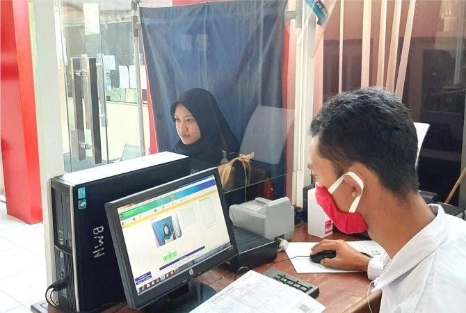 PELAYANAN: Petugas merekam data E-KTP di Dispendukcapil Grobogan beberapa waktu lalu.