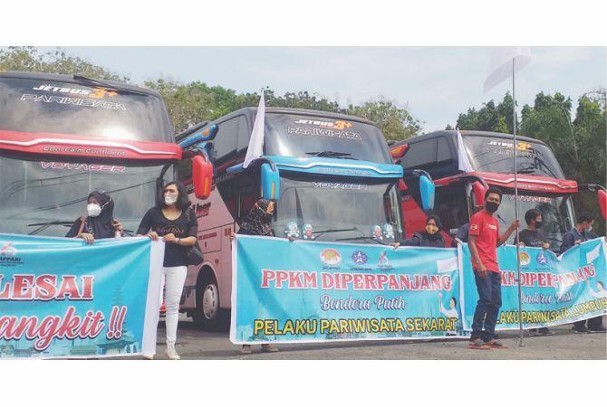 MINTA KELONGGARAN: Kelompok bus pariwisata di Pati berunjuk rasa kebijakan PPKM belum lama ini .
