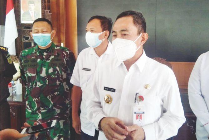DIBEBERKAN: Bupati Haryanto saat diwawancarai me-nyebutkan stok vaksin masih kosong.