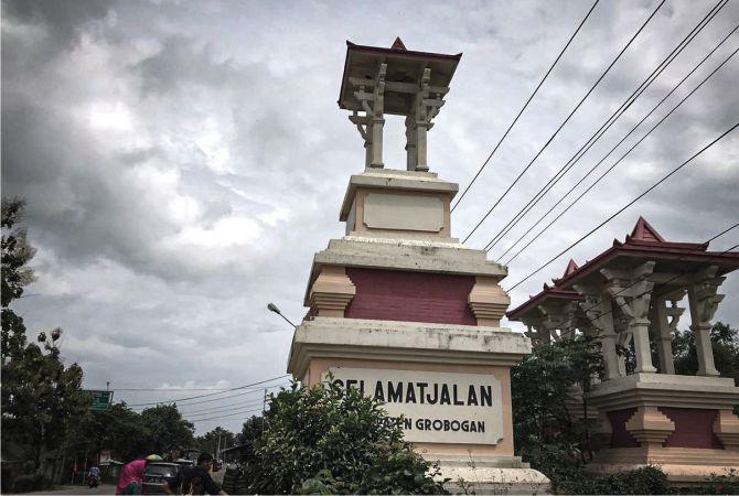 TUGU BATAS: Tugu batas Kabupatan Grobogan- Kabupaten Blora usai dipercantik beberapa waktu lalu.
