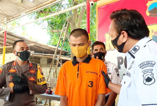 PASRAH: Tersangka Adi Utomo dimintai keterangan terkait penjualan obat ilegal secara online.