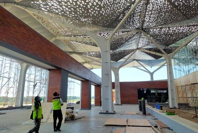 HAMPIR JADI: Desain tiang dan atap terminal penumpang Bandara Abdurrahman Wahid dibuat seperti pohon jati.