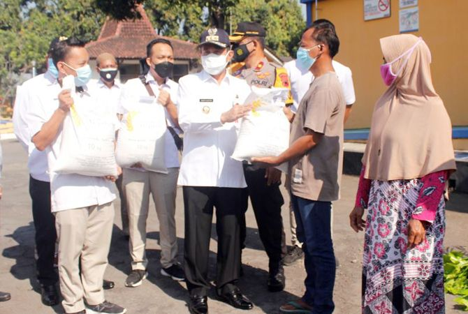 SUDAH TURUN: Pemkab Pati menyerahkan Bansos secara simbolis di Gudang Bulog Pati.