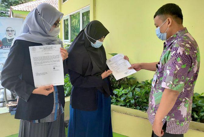 PROSES REKOM: Dua Mahasiswa UMK mengurus surat rekomendari program Kampus Mengajar bersama Kabid Dikdas M. Zubaedi (kanan) kemarin.