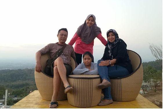 BERSAMA: Salsabila Azahra Noor saat berfoto bersama keluarga