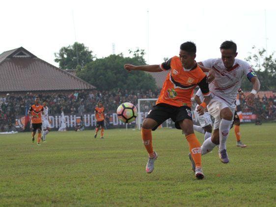 DUEL: Pemain PSIR (oranye) mencoba mempertahankan bola saat berlaga Stadion Krida Rembang musim lalu.